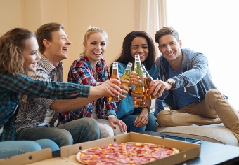 College-students-pizza-and-beer